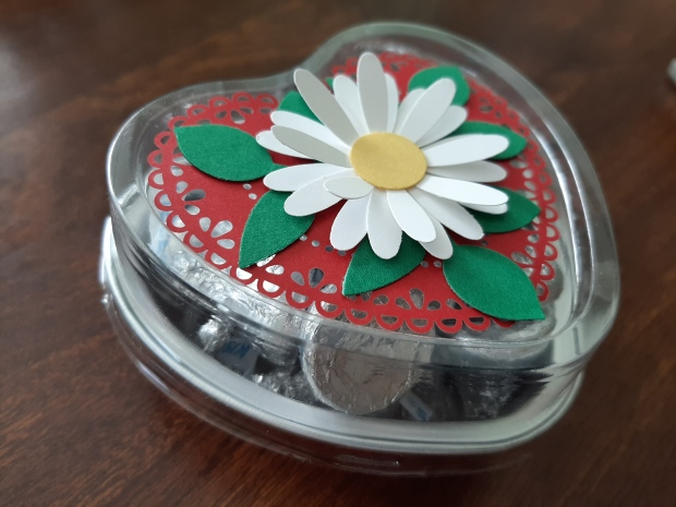heart foil tins with daisy side view
